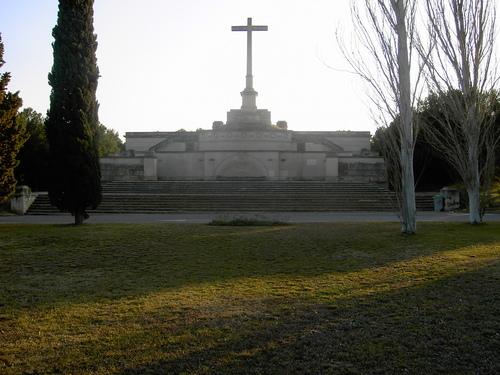 Izquierda unida denuncia que se abre la puerta a la for Cementerio parque jardin la puerta